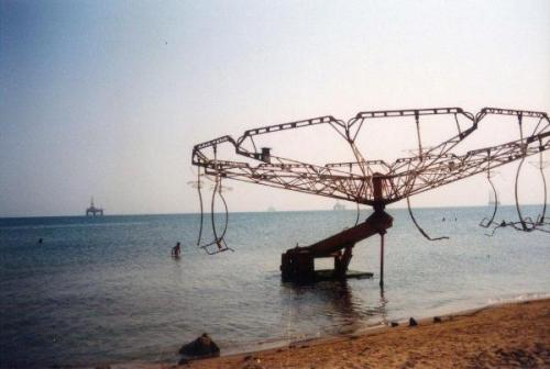 Polomljeni-ringispil-na-pla++i-A-broken-carousel-on-the-beach.jpg